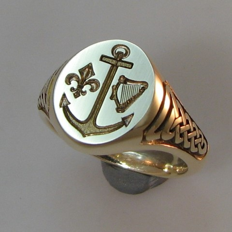 celtic engraved shoulders signet ring